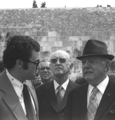 """ראש ממשלת דרום אפריקה ג'ון פורסטר בכותל 1978/  צילום: משה מילנר לע""""מ"""