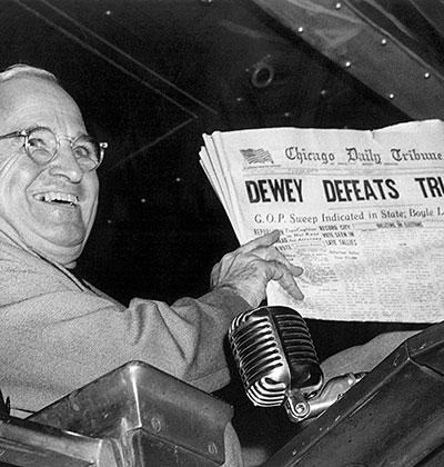 """המנצח הארי טרומן אוחז בעיתון """"שיקגו טריביון"""", שהכריז עליו באותו הבוקר כמפסיד: ״דיואי מביס את טרומן״ / צילום: Byron Rollins, Associated Press"""