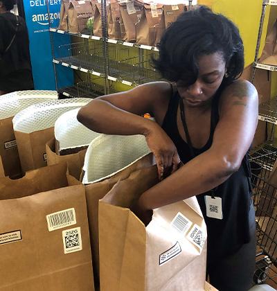 """עובדת של חברת """"אינסטקארט"""" באוהיו / צילום: LISA BAERTLEIN, רויטרס"""