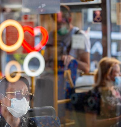 נסיעה באוטובוס בימי קורונה / צילום: Oded Balilty, Associated Press
