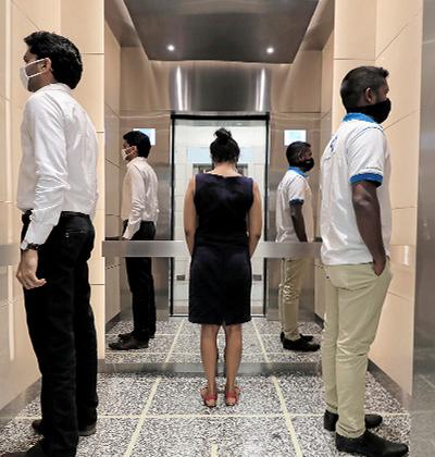 מתרגלים ריחוק חברתי במשרדי מרכז הסחר העולמי / צילום: Dinuka Liyanawatte, רויטרס