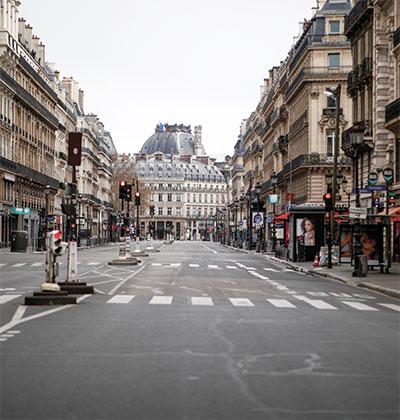 רחוב שומם בפריז בזמן הסגר באפריל. שיעורי תמותה נמוכים ביחס לתחלואה / צילום: BENOIT TESSIER, רויטרס