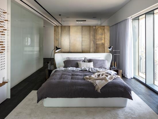 חדר השינה הראשי. מחיצות הפליז מפרידות בין חלקי הלופט השונים / צילום: עמית גרון