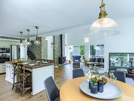 פינת האוכל העגולה ממוקמת בין שני חלונות גדולים, וצופה על המרחב הביתי כולו / צילום: לירן שמש