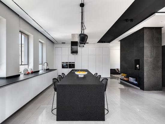 המטבח משלב אי המחופה באבן גרניט שחורה ומחובר לפינת המשפחה / צילום: עודד סמדר