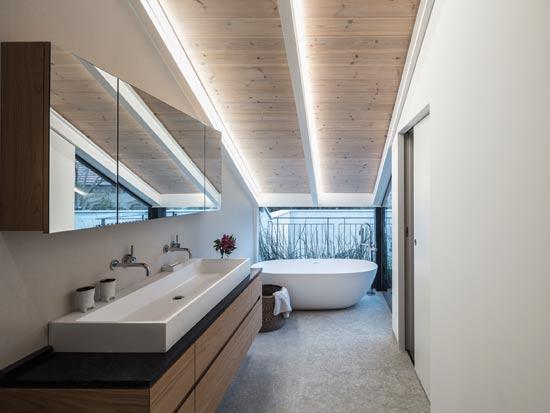 חדר הרחצה של ההורים, מחופה באבן איטלקית אפורה / צילום: עמית גרון