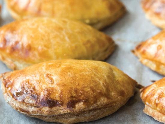 אוכל - נובי גוד - כיסוני פירושקי אפויים / צילום: קירה קלצקי