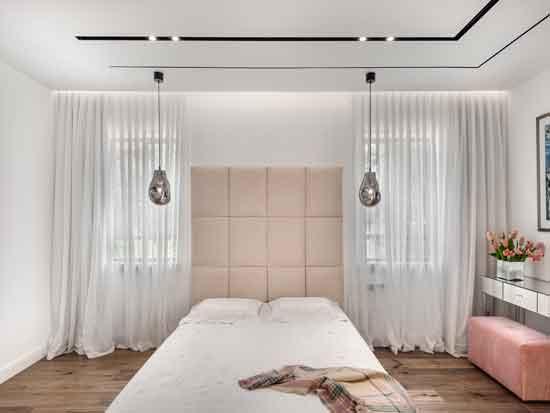 """חדר השינה המרכזי עוצב כחלל פתוח, הכולל חדר ארונות וחדר רחצה ללא מחיצות. נגיעות צבע רכות מייצרות תחושת אינטימיות / צילום: עודד סמדר, יח""""צ"""