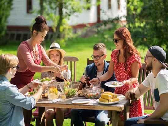 לטקס יש חשיבות לא פחות מלפעולת האכילה עצמה. ארוחה עם חברים /  צילום: hutterstock./ א.ס.א.פ קראייטי