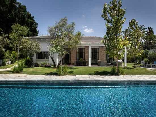 חצר הבית כוללת פינות ישיבה ואירוח ובריכה מאורכת / צילום: עודד סמדר