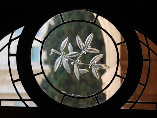 העיטורים ברוח סמלי כל הדתות / צילום: יותם יעקבסון