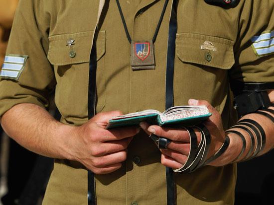 חייל דתי מניח תפילין / צילום: רויטרס - Baz Ratner
