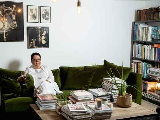 """""""עיצוב הוא הרבה יותר מאשר חלל נאה"""". מירי בלבול בביתה / צילום: רמי זרנגר"""