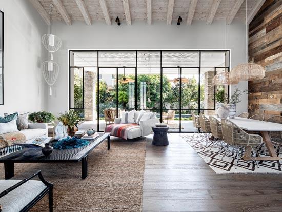 הסלון עוצב בסגנון בוהמייני ובסיסו ניטרלי, כך שניתן לשנות מפעם לפעם את תפיסת העיצוב, ולשוות לחלל מראה אחר / צילום: איתי בנית