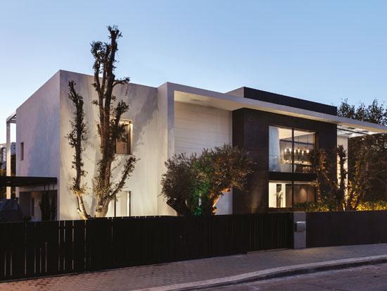 הקורה האופקית בחזית הקדמית יוצרת מתיחת פנים לגיאומטריית המבנה, מהווה עוגן ארכיטקטוני וגורמת לבית להיראות ארוך במיוחד / צילום: עודד סמדר