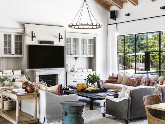 הסלון. הבחירה ברהיטים גדולים ועמוקים נועדה לתת נפח בחלל רחב הידיים / צילום: איתי בנית