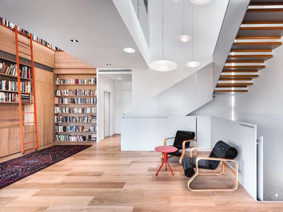 פינת ישיבה תחתונה לצד הספרייה / צילום: עודד סמדר