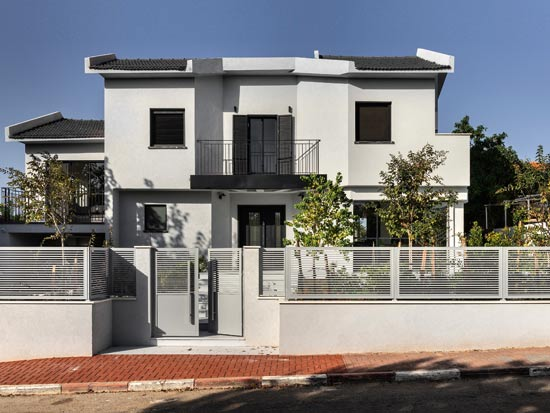  חזית הבית. למרות חוסר הסימטריה, התכנון יצר איזון. הדגשה של הכניסה לבית והבלטתה של מרפסת דקורטיבית מעליה הם אלמנטים ש'מחזקים' את אופיו החיצוני של הבית / צילום: עודד סמדר