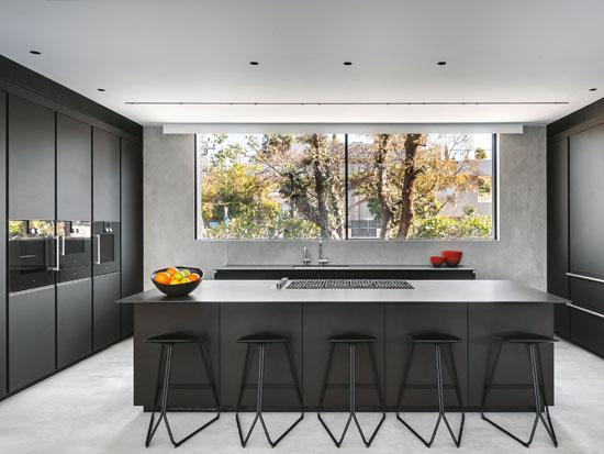 המטבח תוכנן כפונקציונלי במיוחד. מינימליסטי ונקי ועם זאת דרמטי, בזכות שימוש בחומרים כמו עץ ומתכת בצבעוניות שחורה / צילום: עודד סמדר