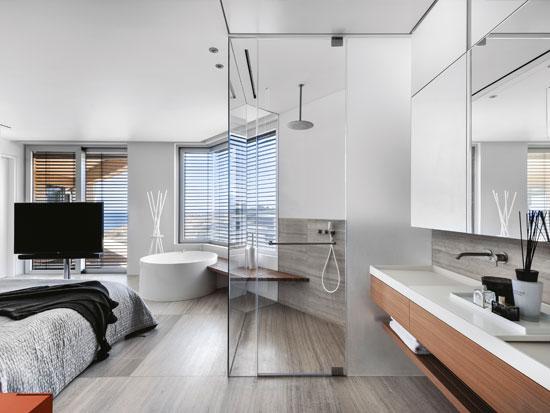 חדר הרחצה והאמבטיה פתוחים לחדר השינה, להעצמת תחושת המרחב, פתיחות ומבט רחב לנוף / צילום: עודד סמדר