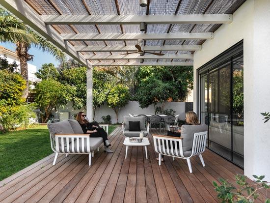 הקשר בין הגינה לבית מתחזק באמצעות בחירת החומרים, הריהוט והמערכות המשולבות בהם / צילום: עודד סמדר