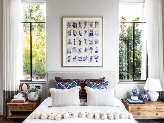 סוויטת השינה של ההורים. החלל כולל טקסטורות רבות בצבעים ניטרליים עם נגיעות בגוני כחול, המתכתבים עם מימי הבריכה. תקרת העץ המוברש גבוהה, משופעת וחשופה / צילום: איתי בנית