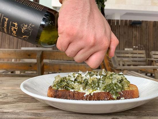 תבשיל תרד־בר על לחם עם שמן זית מזן פיקואל / צילום: שני הלוי