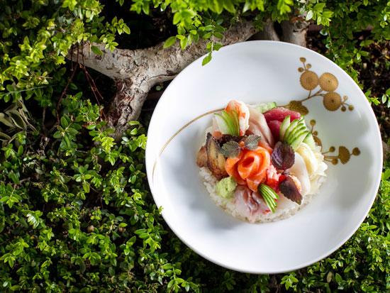 צ'יראשי במסעדת דיינינגז, שם קוראים לה סשימי מוריסאווה / צילום: אנטולי מיכאלו