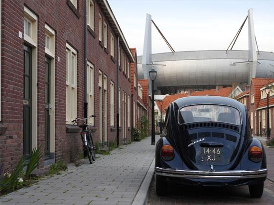 שילוב של רחוב הולנדי טיפוסי ואיצטדיון במראה פוטוריסטי / צילום:  Shutterstock | א.ס.א.פ קריאייטיב