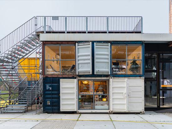 מתחם חנויות וסטודיו שעשוי מקונטיינרים / צילום: Shutterstock | א.ס.א.פ קריאייטיב