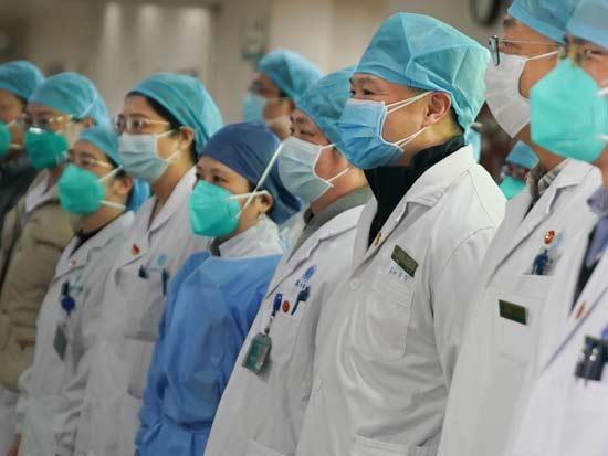 אנשי צוות רפואי בווהאן / רויטרס - Xinhua/Cheng Min / Latin America News Agenc