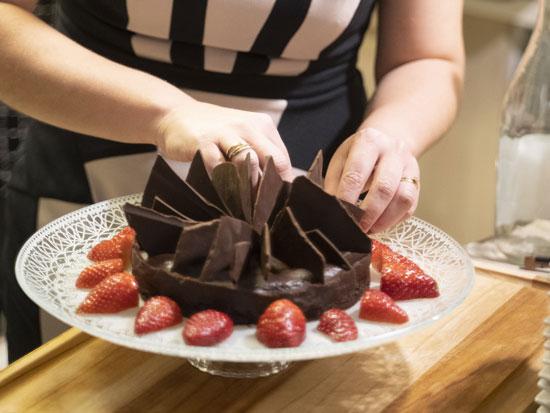 עוגת שוקולד פאדג' עם גנאש ודפי שוקולד קראנץ'  / צילום: רמי זרנגר, גלובס