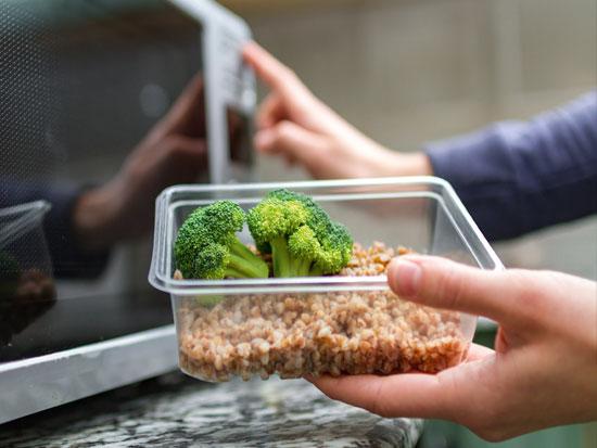 """""""פלסטיק יכול להכיל ספירן, שזולג מתוך הכלי כשהוא מתחמם ומקושר לסרטן בלבלב ובוושט"""""""
