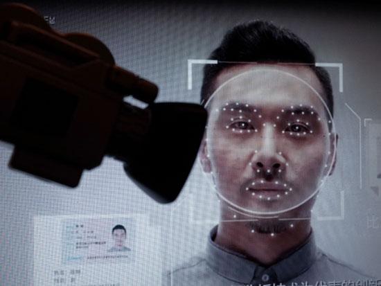 """סרטון הדגמה של טכנולוגיית זיהוי פנים סינית. """"לא תומכת בזה ככלי שלטוני, אבל יש לזה  גם פן חיובי"""" / צילום: רויטרס - Mehdi Chebil"""