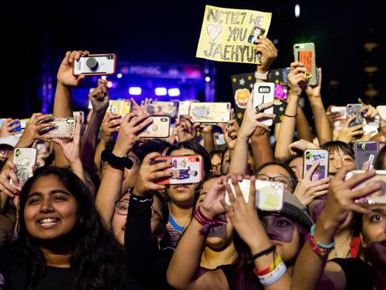 מעריצות בהופעה. קהילה של 89 מיליון איש ב־113 מדינות / צילום: AP - Julius Constantine Motal