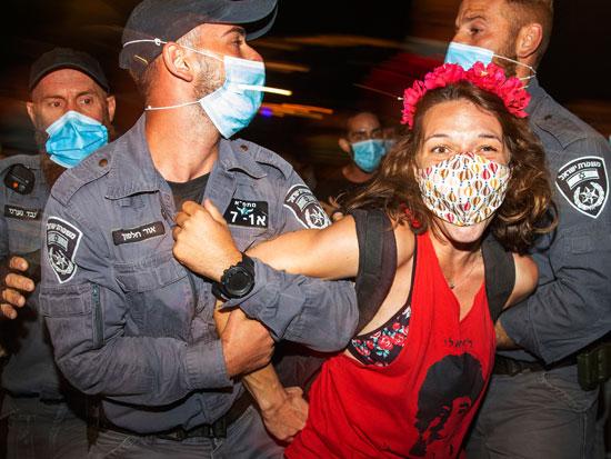 מפגינה בבלפור / צילום: AP - Ariel Schalit