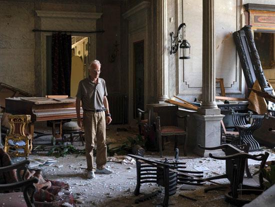 """רודריק סורסוק, בנה של הליידי, בהריסות ארמונה. """"הנחמה שלי היא שהיא מתה בלי להיות מודעת לנזק שנגרם לביתה"""" / צילום: AP-Felipe Dana"""
