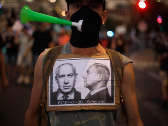 """מפגין ברחבת הכנסת, החודש. """"ב־2011 דיברנו על צדק חברתי. אנחנו עכשיו רק רוצים שראש הממשלה ילך הביתה, כי הוא עושה לנו נזק"""" צילום: AP - Ariel Schalit"""