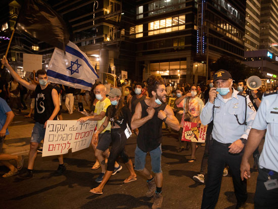 """ההפגנה נגד השר אוחנה שגבתה פצועים, תל אביב. """"המשטרה הוכיחה שהיא לא מגנה עלינו, אז שכרנו חברת אבטחה פרטית"""" צילום: AP - Sebastian Scheiner"""
