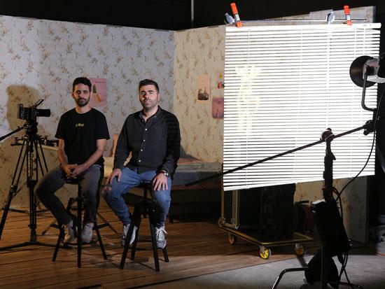 """אלבז (מימין) ובלסקי במשרדי החברה באפיקים. """"אמן ממוצע מכניס אצלנו עשרות אלפי דולרים בשנה"""" / צילום: מתן פורטנוי"""