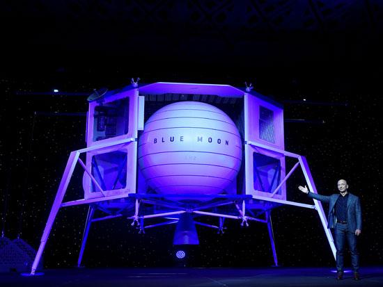 בזוס חושף רכב חלל של חברת בלו אוריג'ן / רויטרס - Clodagh Kilcoyne