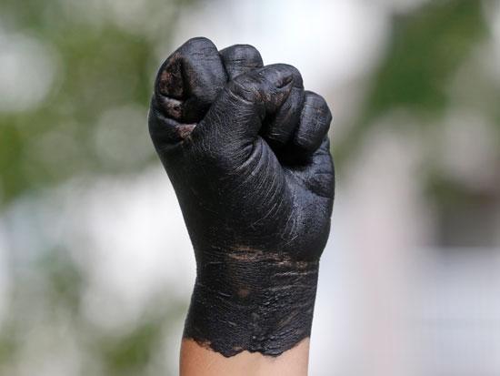 """אגרוף צבוע שחור במחאת """"חיי שחורים נחשבים"""", במחווה לסמלה של תנועת """"הכוח השחור"""" / צילום: AP - Rick Bowmer"""