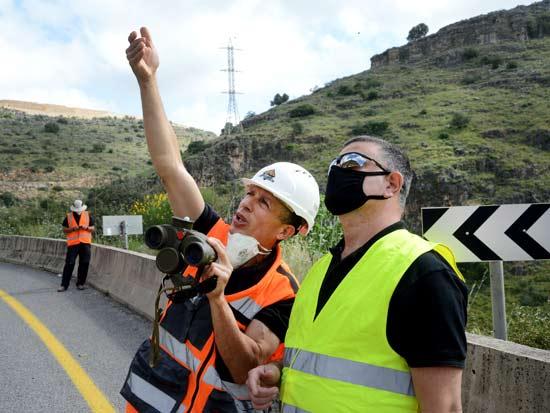 ההכנות לפיצוץ בכביש 784 / צילום: איל יצהר