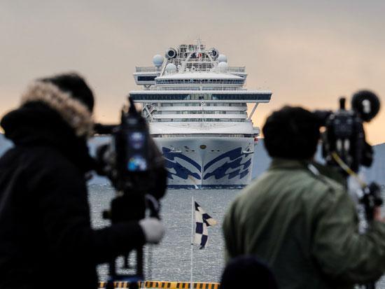 עיתונאים מתעדים את הספינה מהחוף. נוסעים ואנשי צוות הביעו מצוקה ברשתות החברתיות ועוררו התעניינות עולמית / צילום: רויטרס - Kim Kyung Hoon