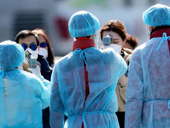 נוסעים ייורדים מהדיימונד פרינסס / צילום: AP - Eugene Hoshiko