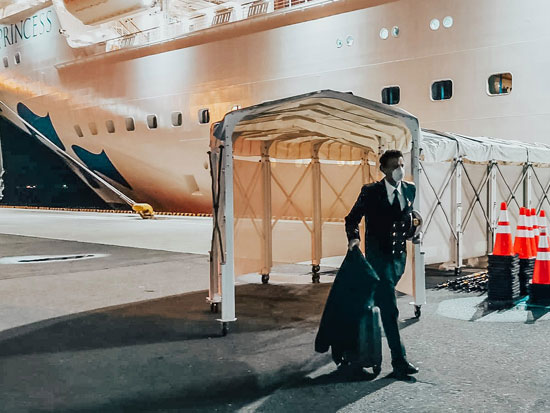 הקברניט ג'נארו ארמה. הפך את הספינה לבית חולים ענק ויוקרתי ועודד את הנוסעים להיענות לאתגר / צילום: רויטרס - Kim Kyung Hoon