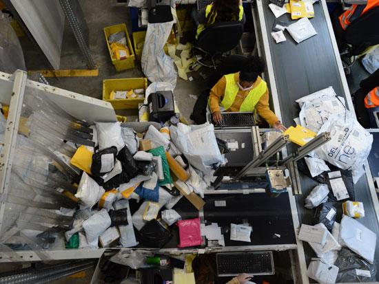 """המרכז הלוגיסטי של דואר ישראל במודיעין. """"פורקים 1,000 טונות של חבילות בחודש. אין גוף במדינה שיודע להתמודד עם היקף כזה"""" / צילום: איל יצהר"""
