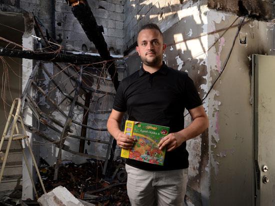 """עו""""ד טארק אסכנדר בביתו שנשרף כליל. """"בבוקר כבר הבנתי שצריך לארוז. לא האמנתי שנחזור לבית הרוס"""" / צילום: איל יצהר"""