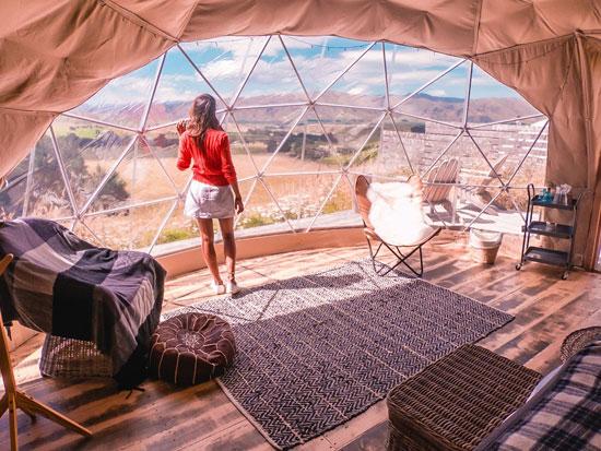 פרטיות היא היוקרה האולטימטיבית. גלאמפינג - להתבודד באוהל ממוזג עם פרקט וריהוט / צילום: קאווה גרופ גלאמפינג