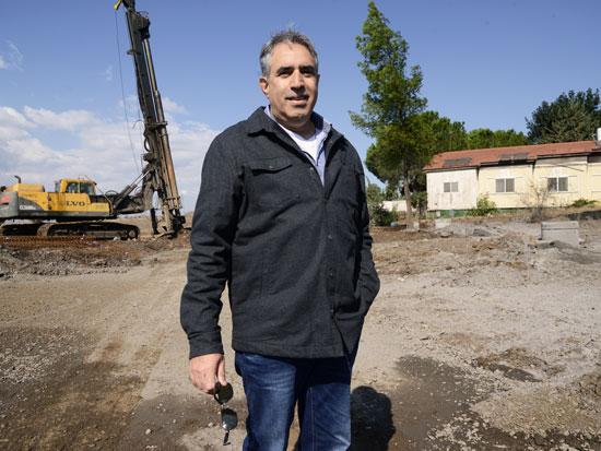 """גולן שמש, מנהל מרכז הקליטה גולן. """"כל 33 היישובים במועצה בשלבי פיתוח"""" / צילום: איל יצהר"""